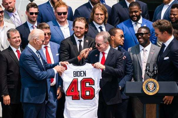 'Sleepy Tom' Brady and the Tampa Bay Bucs come to the White House for a very normal visit